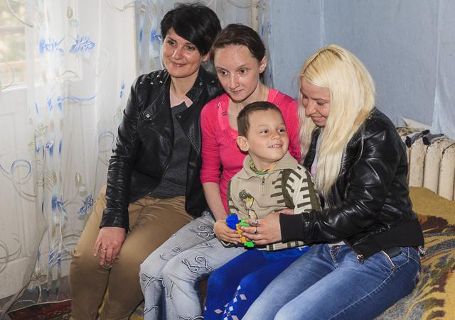 Tanya ja Sveta ovat Ruslanin ja äidin tukena