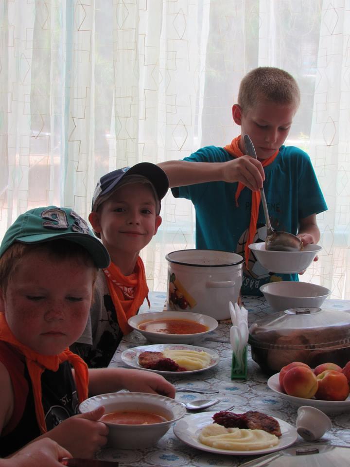Lasten Lähetystön kesäleiri Mustan meren rannalla. Lapset saavat ruokaa niin paljon kuin haluavat