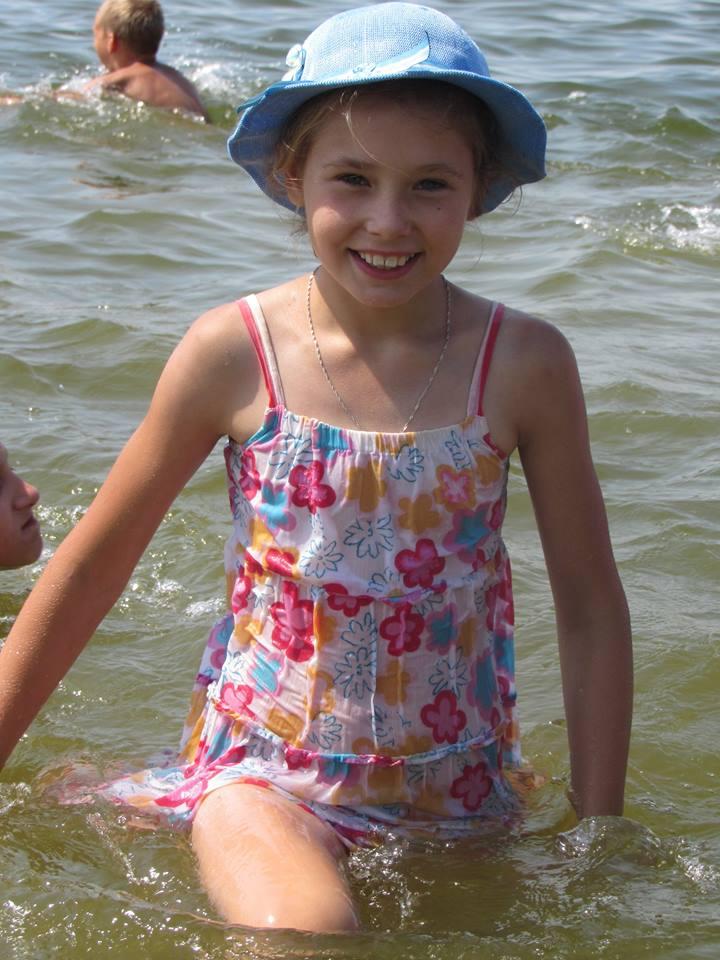 Lasten Lähetystön kesäleiri Mustan meren rannalla. Nastjalta unohtui ottaa mekko pois, kun hän sukelsi mereen. Oli kiire ...