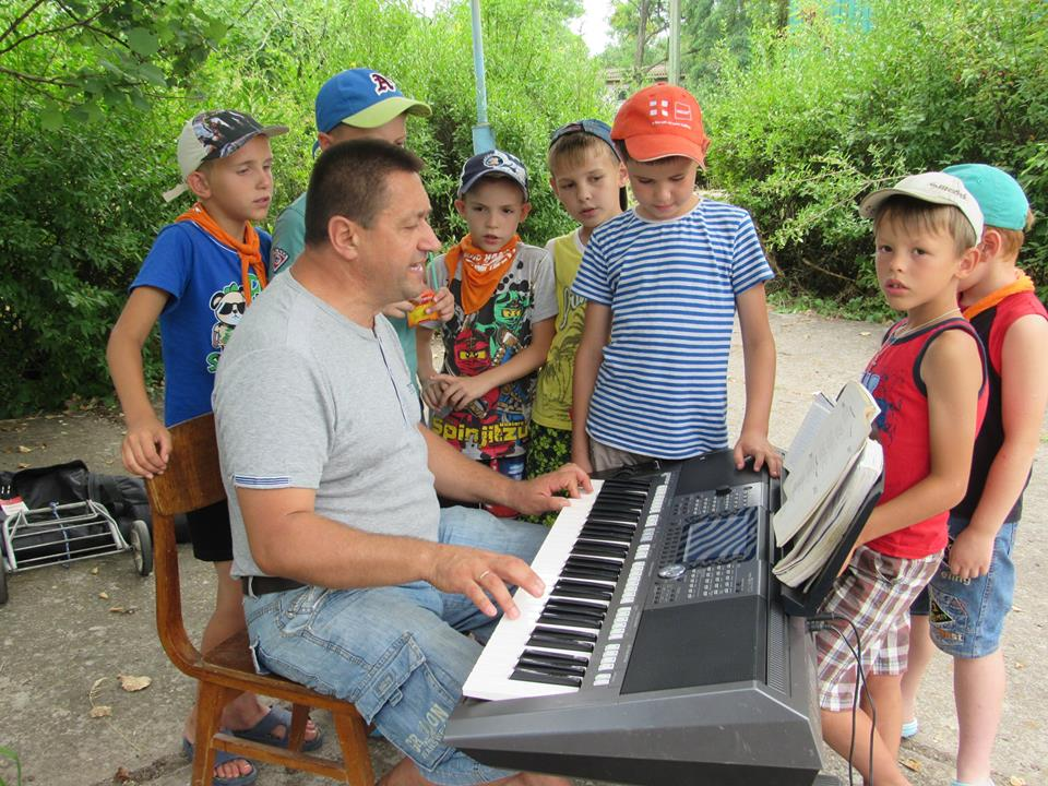 Lasten Lähetystön kesäleiri Mustan meren rannalla. Lapset oppivat uusia lauluja joka päivä.