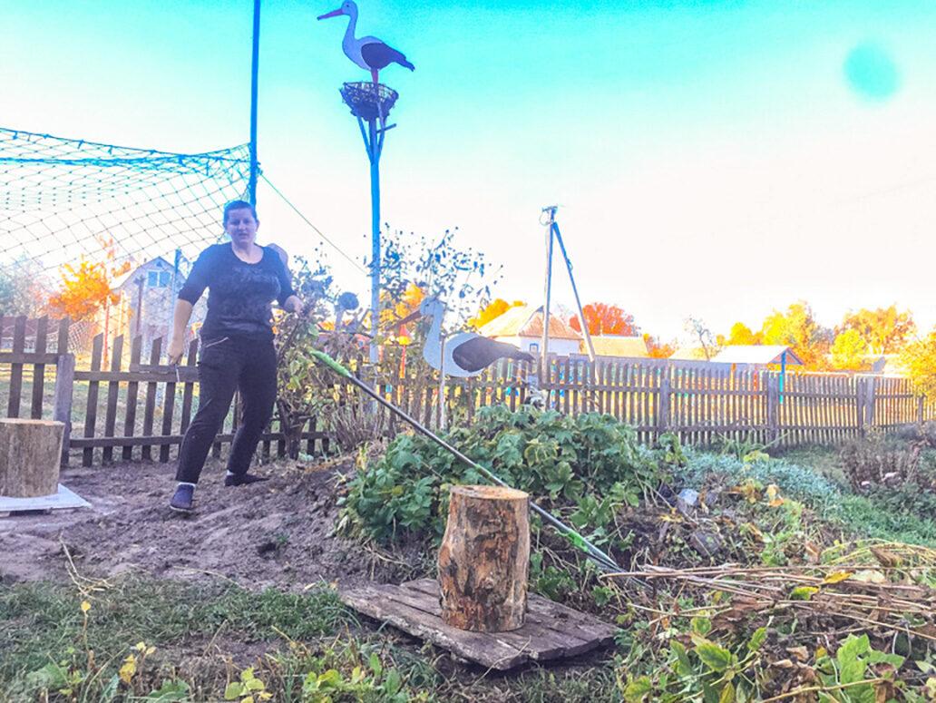 Kaverikodin emäntä hoitaa pihaa ennen talven tuloa.