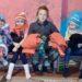 Lapset saivat pipoja, lapasia ja sukkia ruotsalaisilta neulojilta. He saivat myös lämpimät talvitakit.